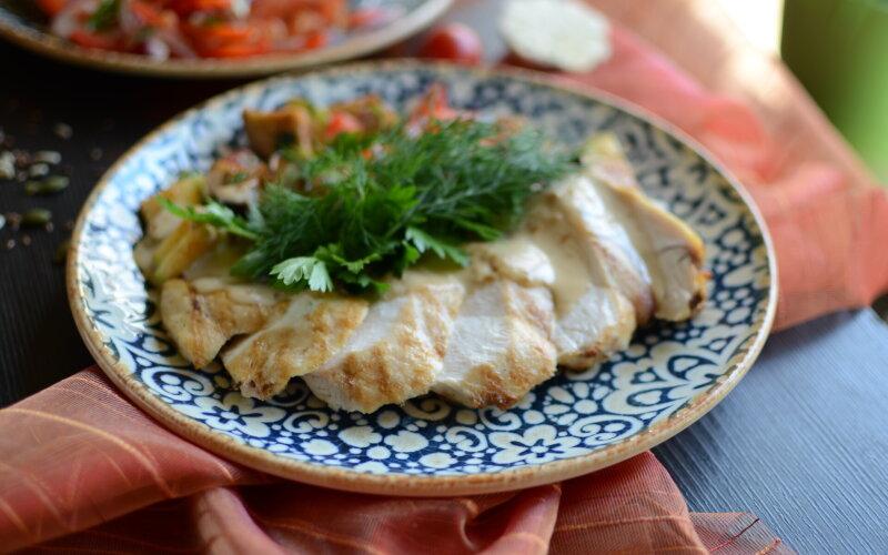 Филе цыпленка с овощным соте и ореховым соусом
