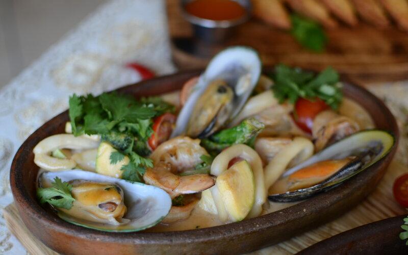 Морепродукты в сливочно-устричном соусе