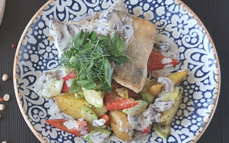 Филе судака с овощами и грибным соусом