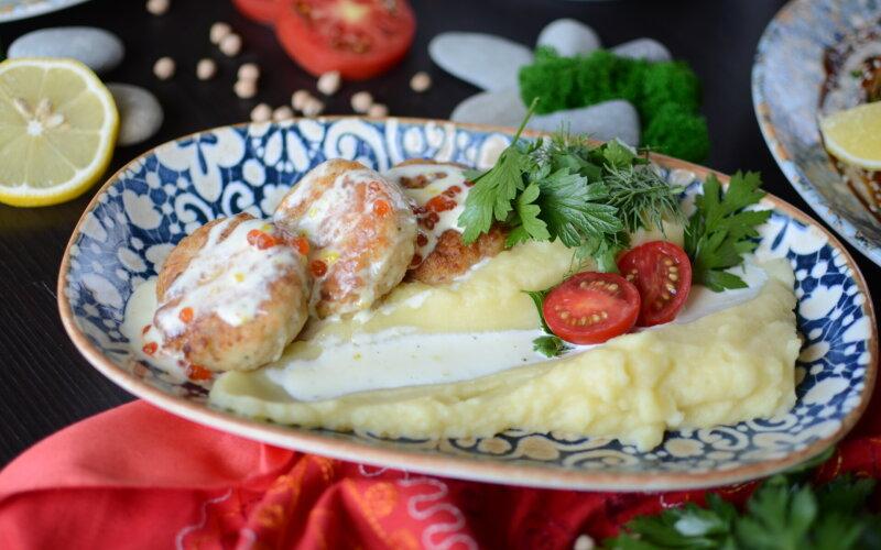 Котлеты из щуки и семги под сливочно-икорным соусом