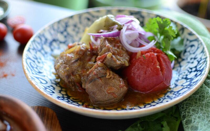 Баранина с картофелем и печеным томатом