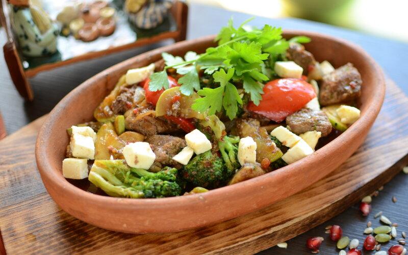 Говядина с овощами и брынзой