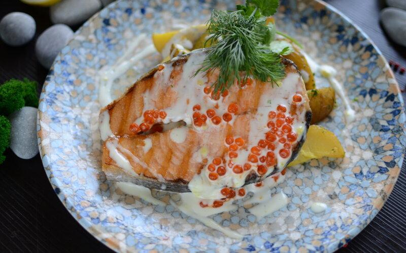 Стейк семги под сливочно-икорным соусом с картофельными дольками