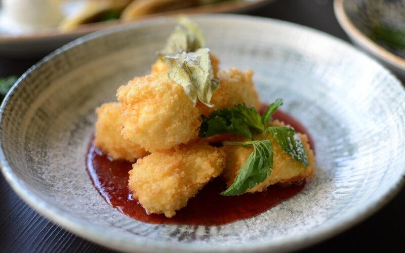 Адыгейский сыр с клубничным соусом