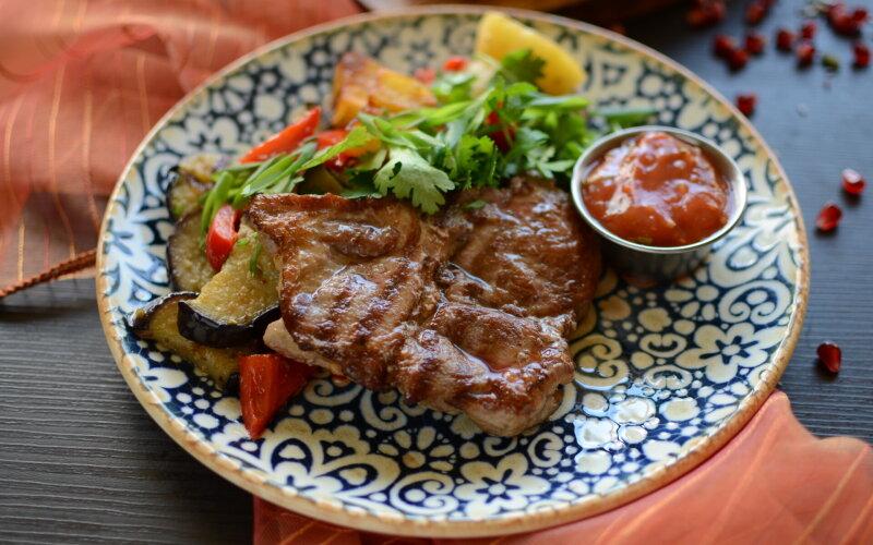 Стейк из свинины с овощами и томатным соусом
